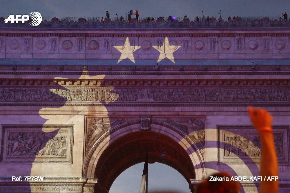 2 étoiles projetées sur l'Arc de Triomphe