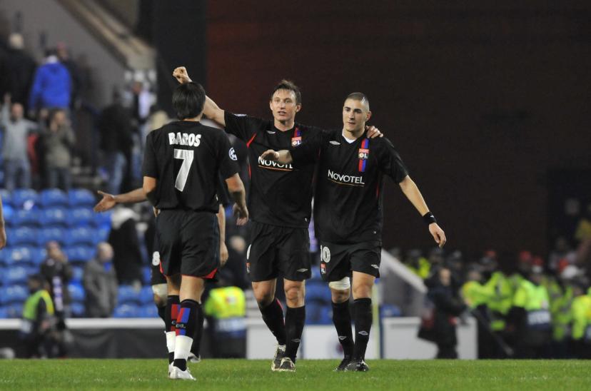Baros et Kallstrom congratulant Benzema pour son but