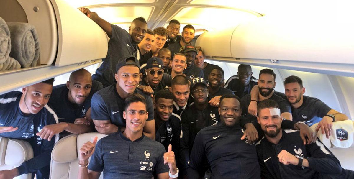 Les Bleus dans l'avion pour la Russie.
